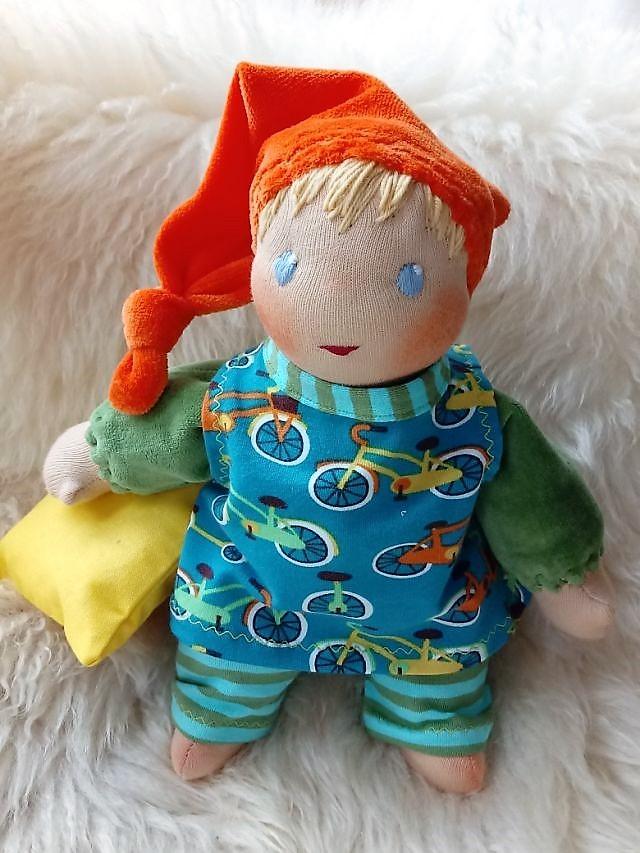 Bio-Stoffpuppe, erste Puppe, Schlamperle, Waldorfart, handgemachte Puppe, individuelle Puppe passend zum Kind, Wunschpuppe, ökologische Kinderpuppe, Puppenhandwerk, Jennifer Kliem-Pärsch, Puppenjunge, Jungspuppe, Puppenkumpel, Puppenfreund