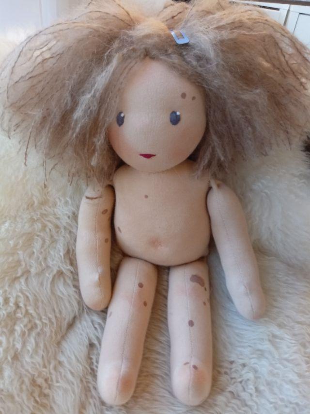 Nävuspuppe, Puppe mit Leberflecken, Puppe mit Muttermal, Riesenmuttermal, handgemachte Puppe, Bio-Stoffpuppe, Puppenhandwerk, bio-faire Puppe, Nävuspuppe, ökologische Kinderpuppe, individuelle Puppe passend zum Kind, Wunschpuppe, Puppenfreundin, Feuermal