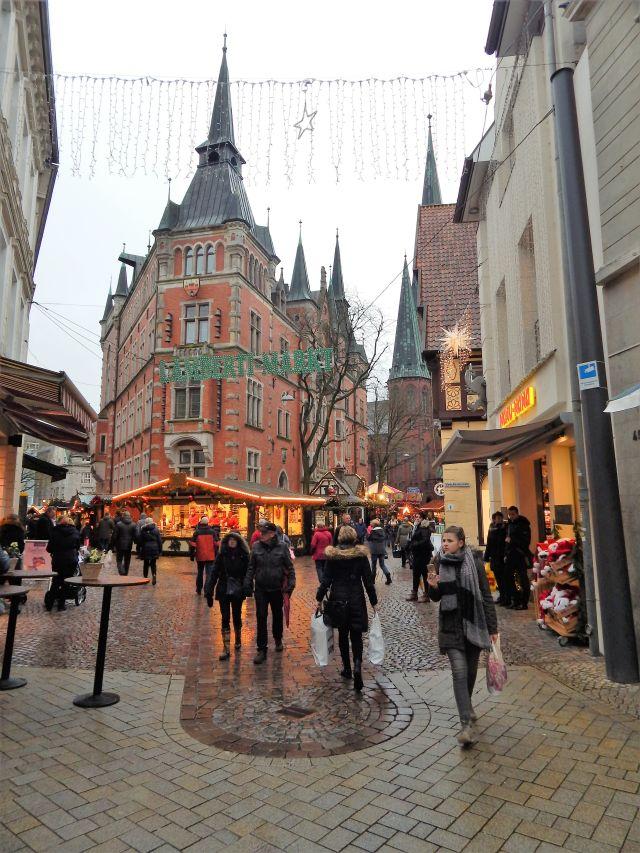 Innenstadt mit zahlreichen verzweigten Fußgängerzonen, im Hintergrund die Lambertikirche