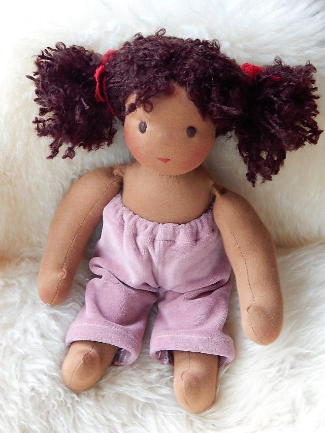 Gliederpuppe, dunkelhäutige Stoffpuppe, afrikanische Stoffpuppe, afro-deutsche Stoffpuppe, Waldorfart, Bio-Stoffpuppe, ökologische Kinderpuppe, süßteste Puppe der Welt, individuelle Puppe passend zum Kind, Wunschpuppe, handgemachte Puppe,Puppenhandwerk