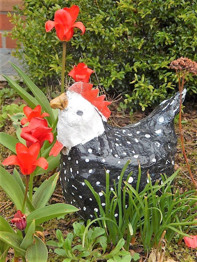 Das Huhn hat meine Mama noch letztes Jahr aus Pappmachée gefertigt...  (innen ist ein Drahtgestellt und ein Stein zum Beschweren; außen ist es nochmal neben der Bemalung lackiert als Wetterschutz)