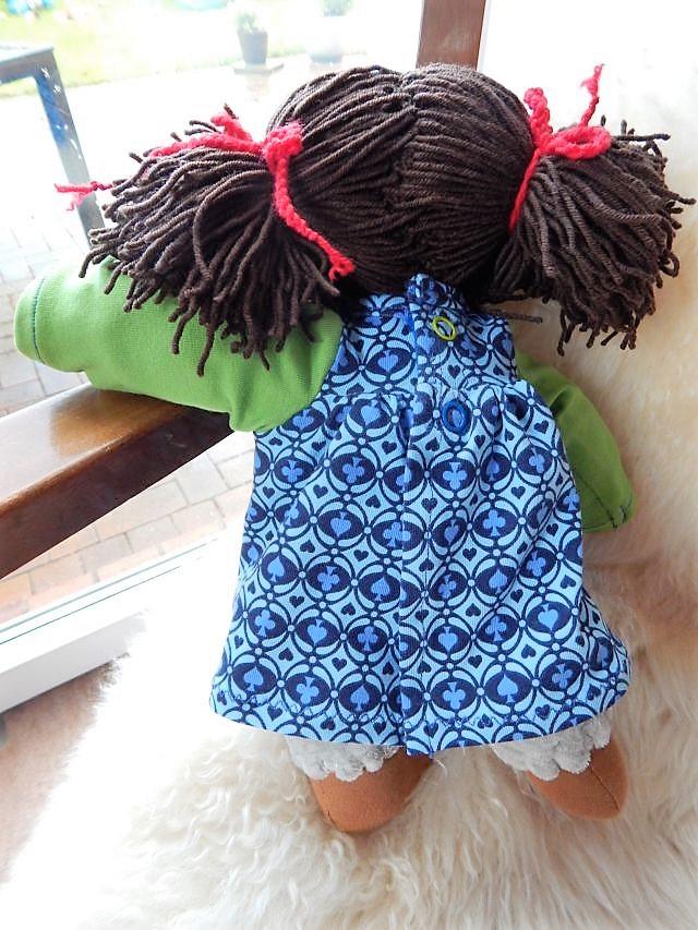Bio-Stoffpuppe, handgemachte Stoffpuppe, Handarbeit, afrikanische Stoffpuppe, dunkelhäutige Stoffpuppe, afro-amerikanische Stoffpuppe, Schlamperle, Waldorfart, erste Puppe, Kleinkindpuppe, individuelle Puppe passend zum Kind, Wunschpuppe, Puppenhandwerk