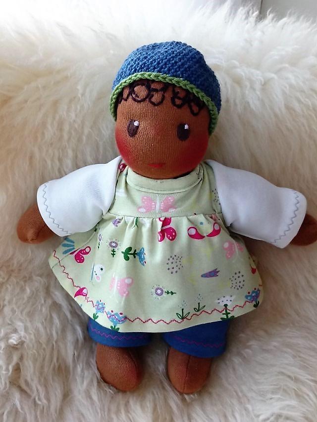 Bio-Stoffpuppe, erste Puppe, Schlamperle, Waldorfart, handgemachte Puppe, individuelle Puppe passend zum Kind, Wunschpuppe, ökologische Kinderpuppe, Puppenhandwerk, Jennifer Kliem-Pärsch, dunkelhäutige Puppe, afrikanische Stoffpuppe, afroamerikanische