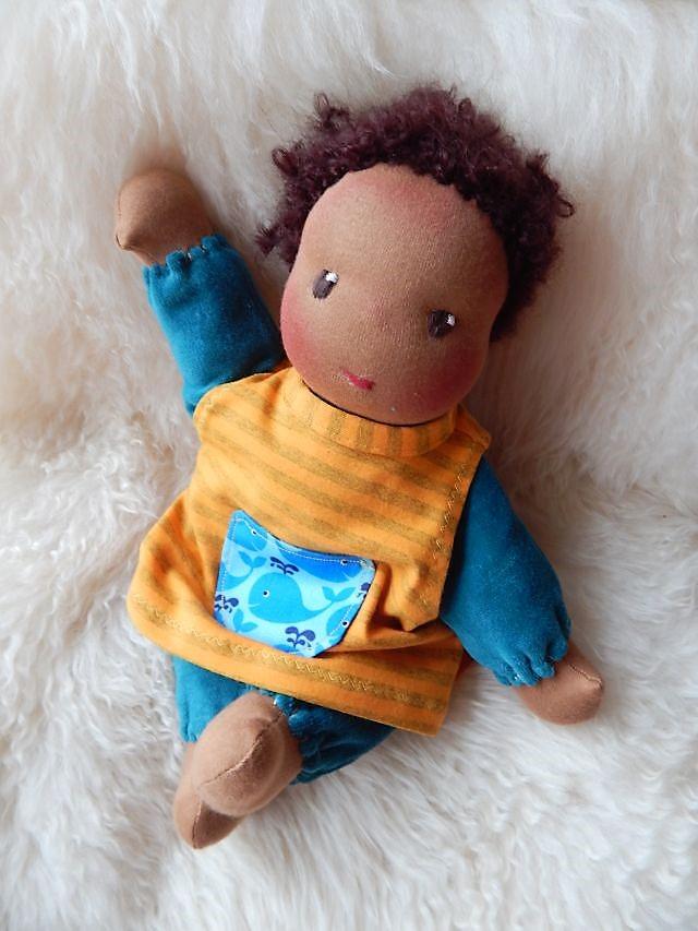 Bio-Stoffpuppe, afrikanische Stoffpuppe, dunkelhäutige Stoffpuppe, afro-amerikanische Stoffpuppe, Schlamperle, nach Waldorfart, individuelle Wunschpuppe, Puppe passend zum Kind, Kleinkindpuppe,  Puppe aus Naturmaterialien, Puppenhandwerk Pärsc