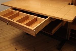 herausziehbare und erweiterbare Schreibplatte mit großer abschließbarer Schublade
