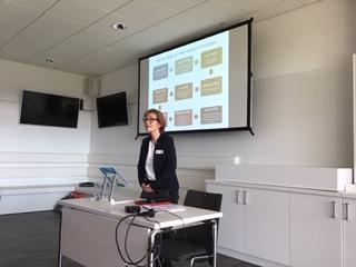 Frau Brosch erläutert mit Luzie Reising Unterrichtsbeispiele.