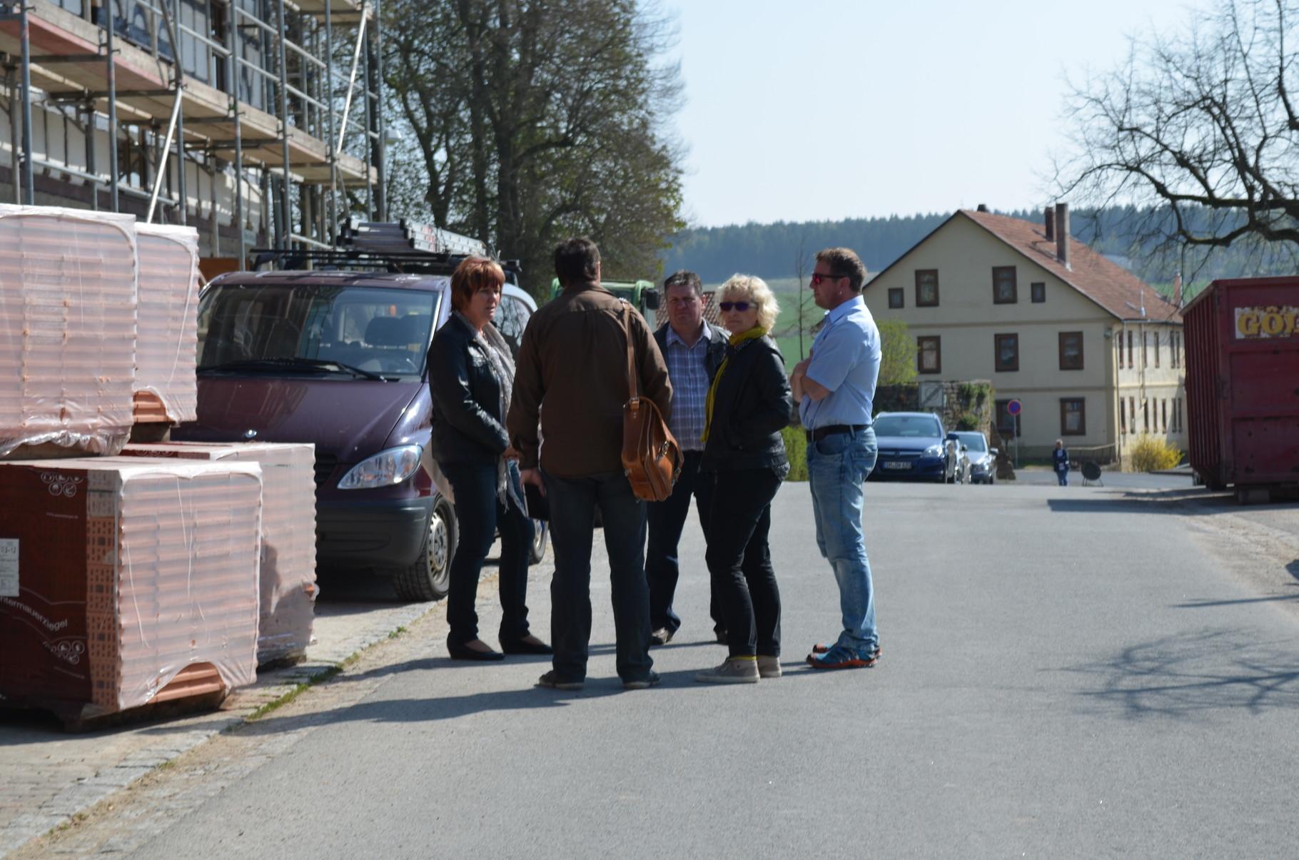 An der Schulbaustelle besprechen Architekt, Busbetriebe, Gemeinde und Schulleitung nebenbei Varianten der künftigen Bushaltestelle.