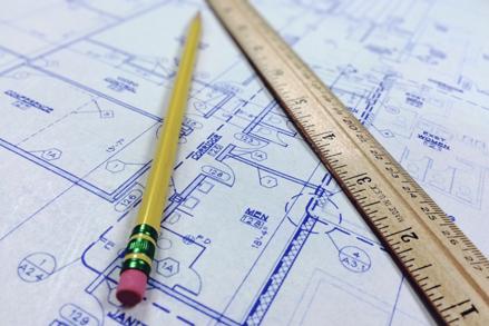 Grundriss mit Stift und Lineal als Symbol für Akquise bei Architekten