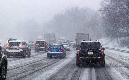 Autos, die im Stau und Schneechaos stecken