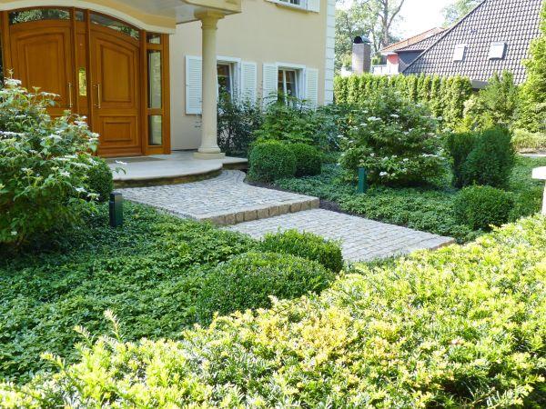 Foto: BGL. - Auch als belebende Unterpflanzung von Sträuchern im Garten oder Vorgarten sind Bodendecker ideal.