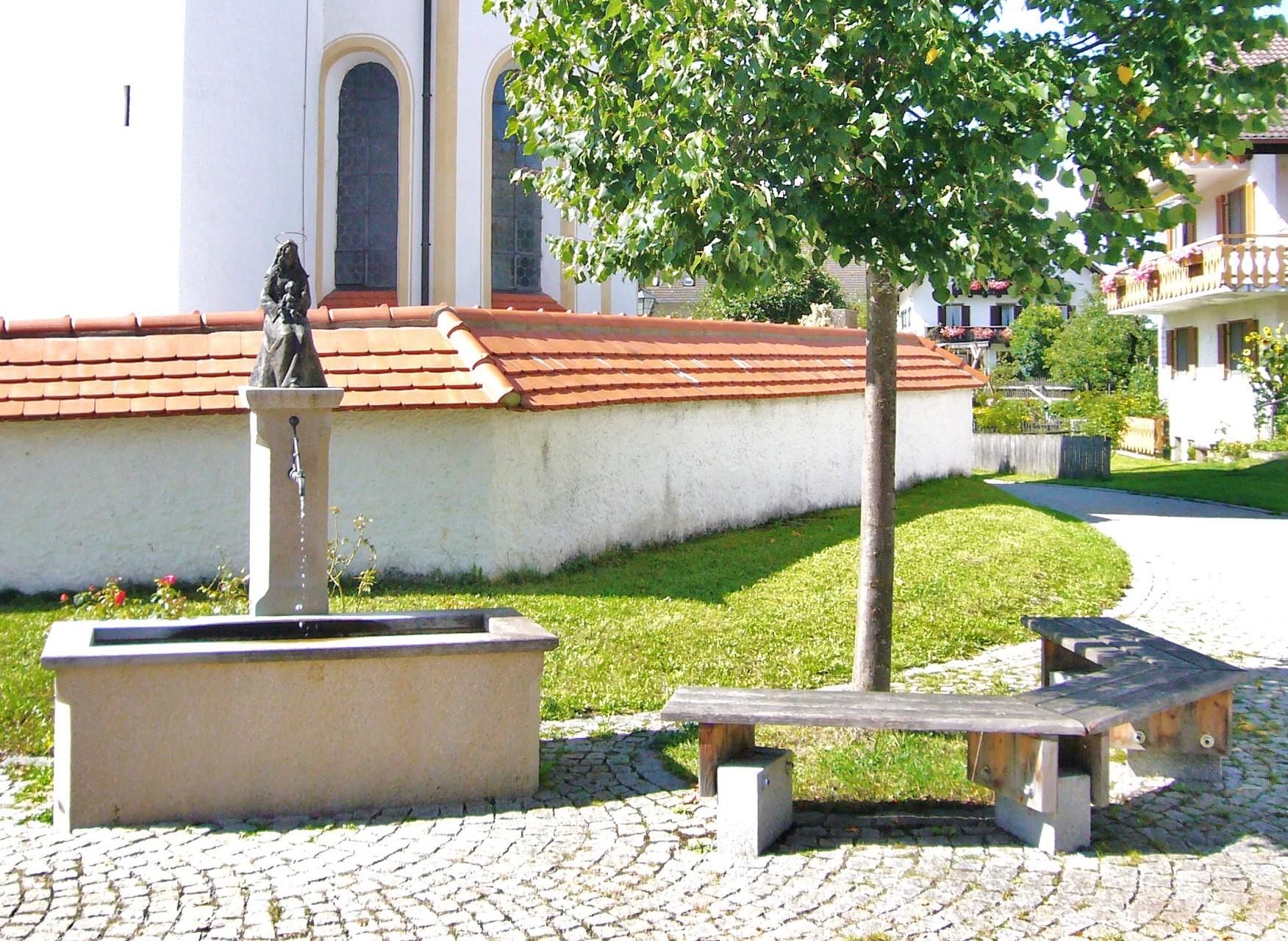 Gesamte Anlage vor der Kirche