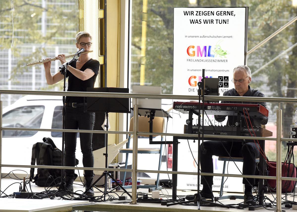 Musik von COARBEGH. Philipp Jähne (keyboard) und Pia Darmstädter (Querflöte)