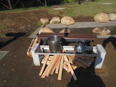 ベンチの座を取ると炊き出し用の釜になります