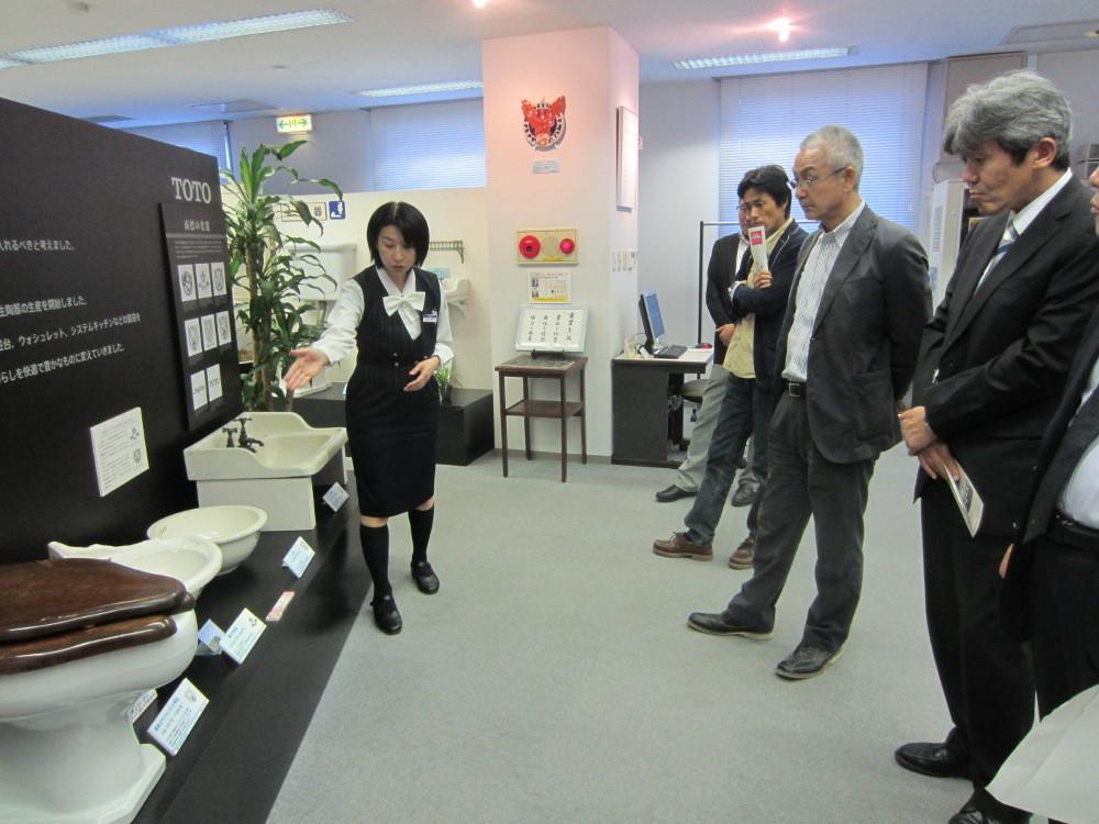 TOTOの歴史の説明を聞く、衛生器具の歴史も展示されています。