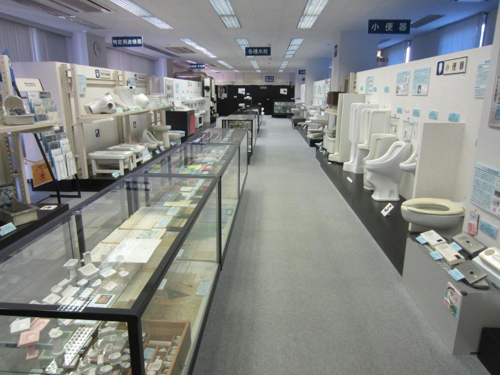 TOTO歴史展示館の内部、かつては洋食器も生産されていたそうで展示されています。