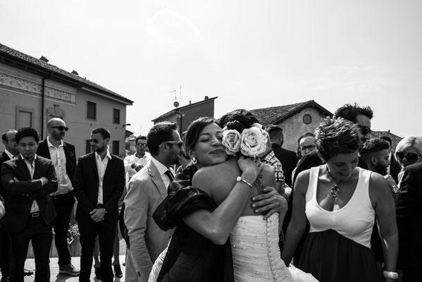 L'abbraccio della sposa ad un'amica