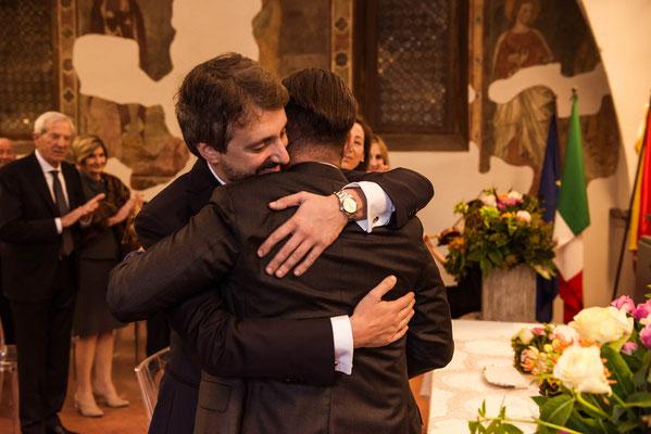 Abbraccio dello sposo al suo testimone