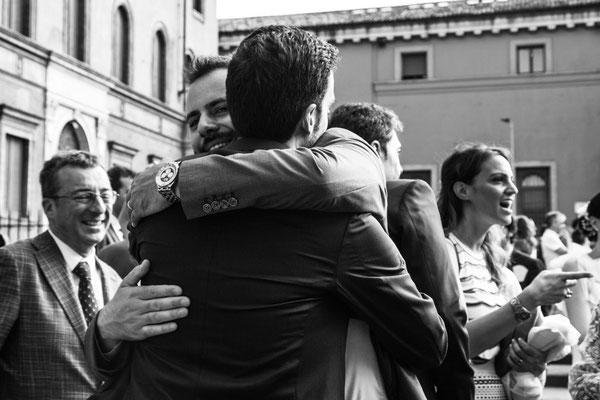 L'abbraccio dello sposo ad un amico