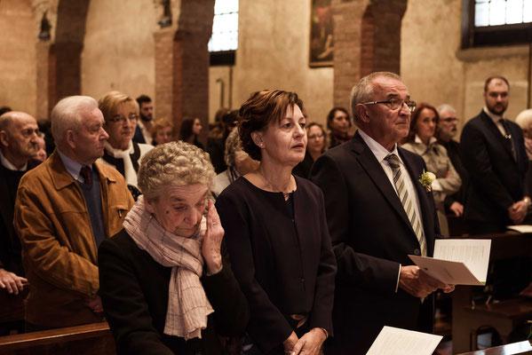 La nonna si commuove in chiesa