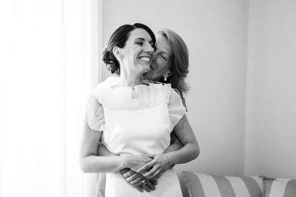 La mamma della sposa abbraccia la figlia