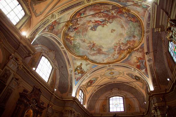 Il soffitto affrescato della chiesa