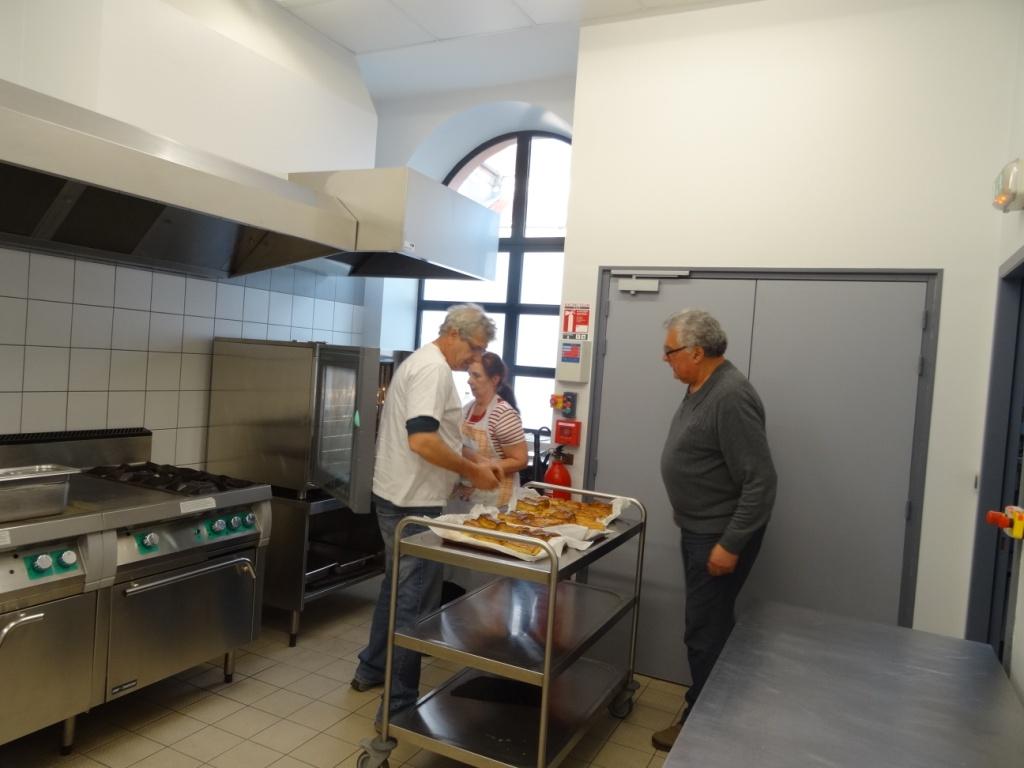 L'Equipe des cuisines réchauffe les petits pâtés lorains