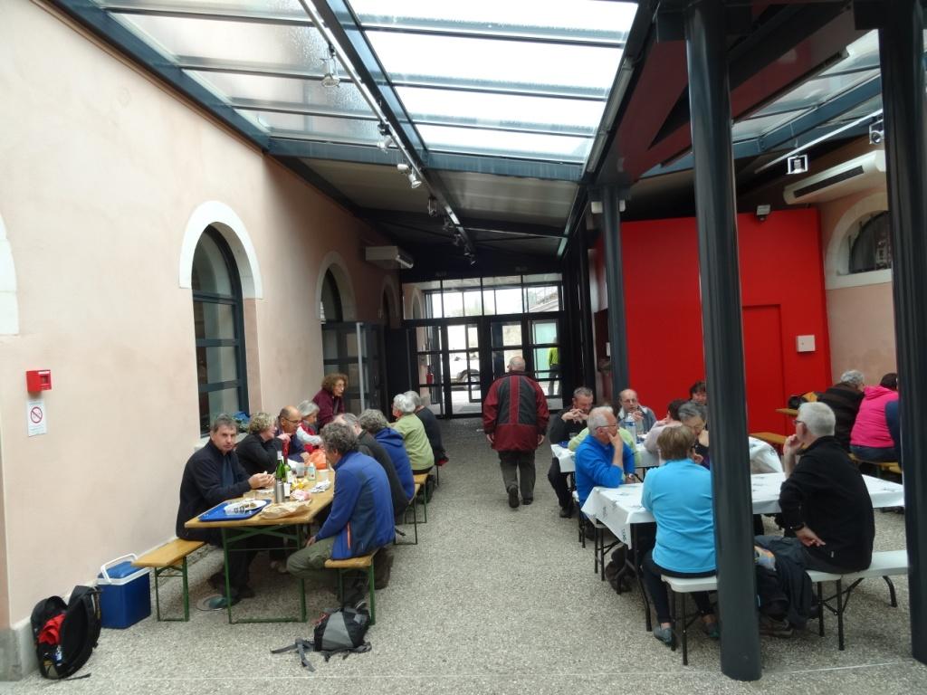 Il a fallu installer des tables sous la verrière pour servir 280 repas
