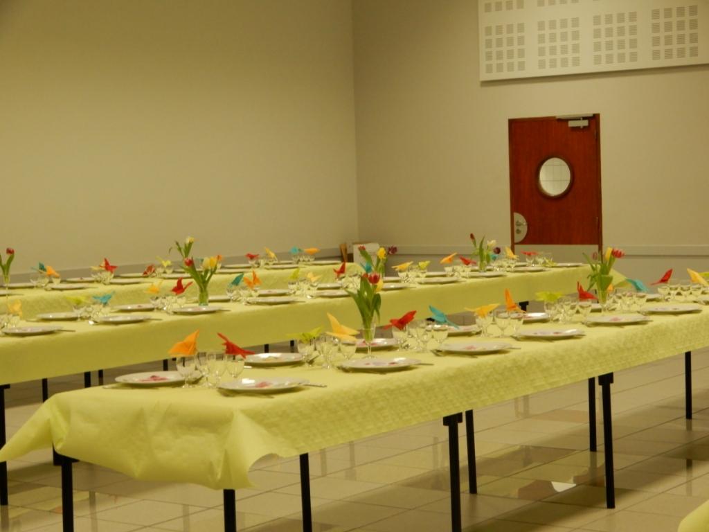 Les tables dressées pour le repas