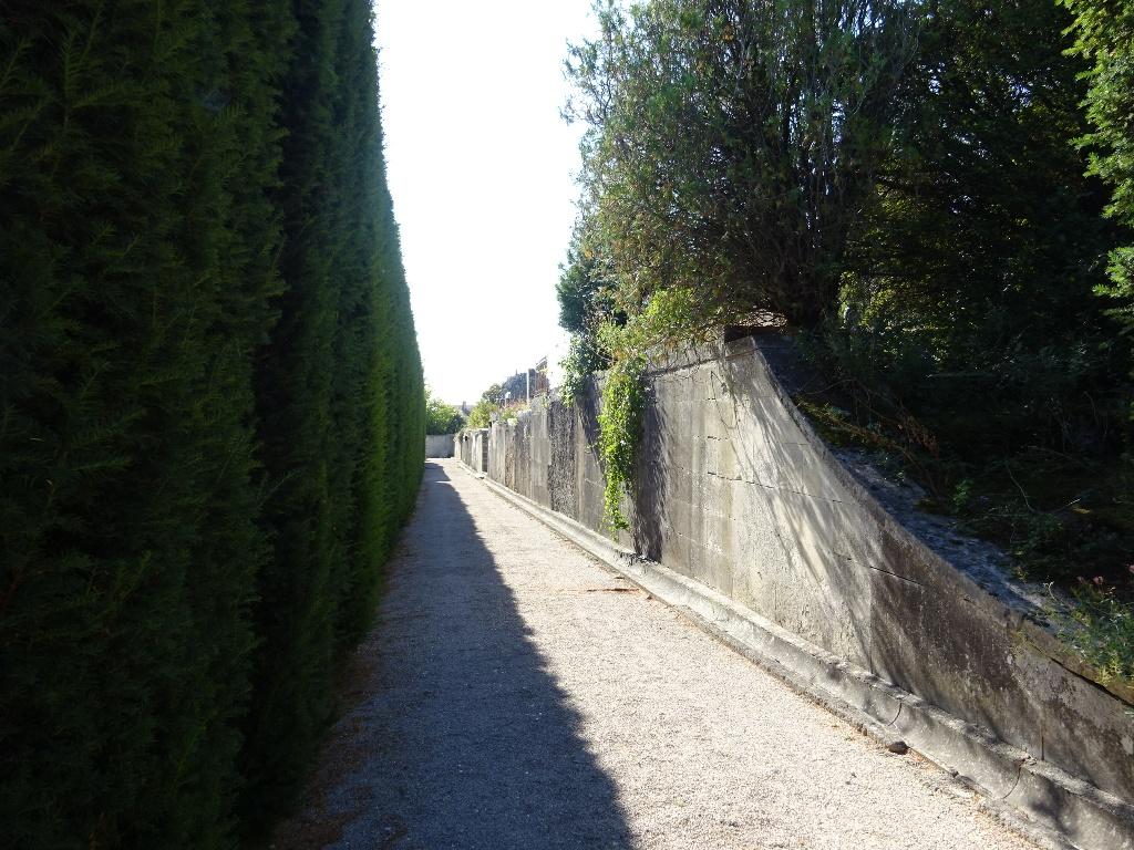 Traversée du cimetière classé