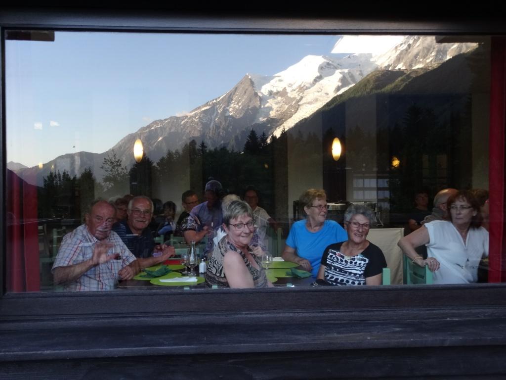 Le Mont Blanc se reflète dans les vitres du restaurant