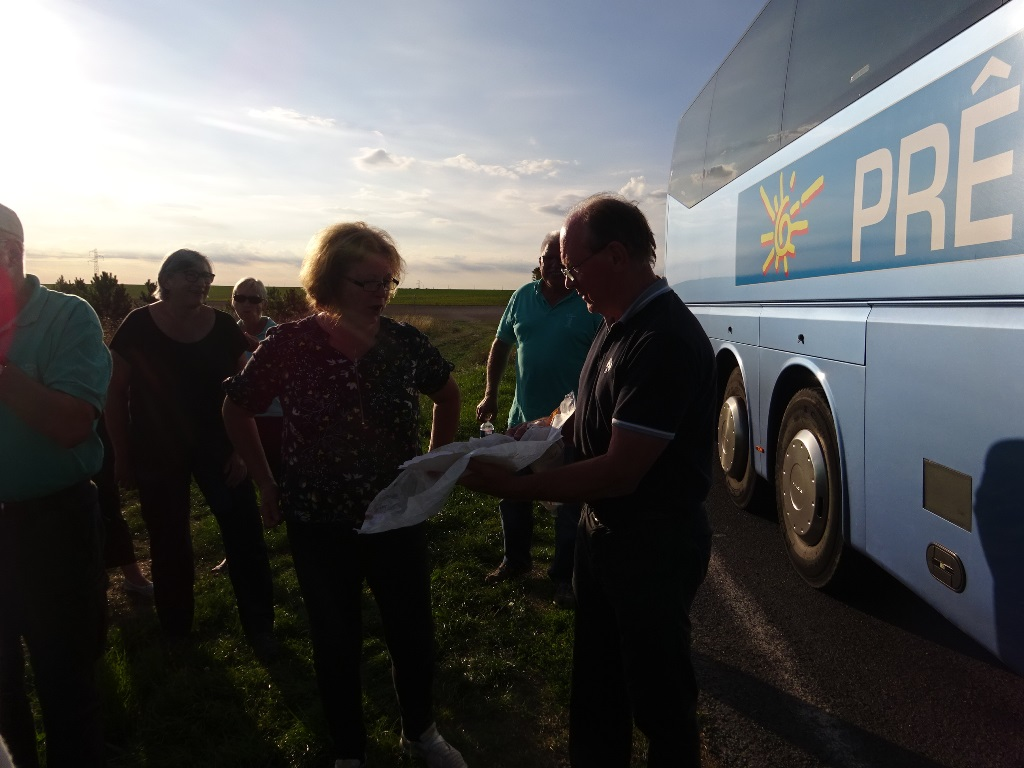 Distribution de galettes offertes par Claude et Laetitia