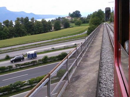 11. Juni 2011: ABe 4/4 35 überquert auf der Einweihungsfahrt die Brücke über die Autobahn bei Vevey