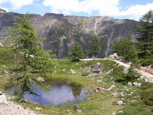 Pozzo del Drago im Juni 2012, aufgenommen aus dem fahrenden Zug. Blickrichtung Süd-Ost ins Val Pila. Der Palügletscher ist im Rücken des Fotografen.