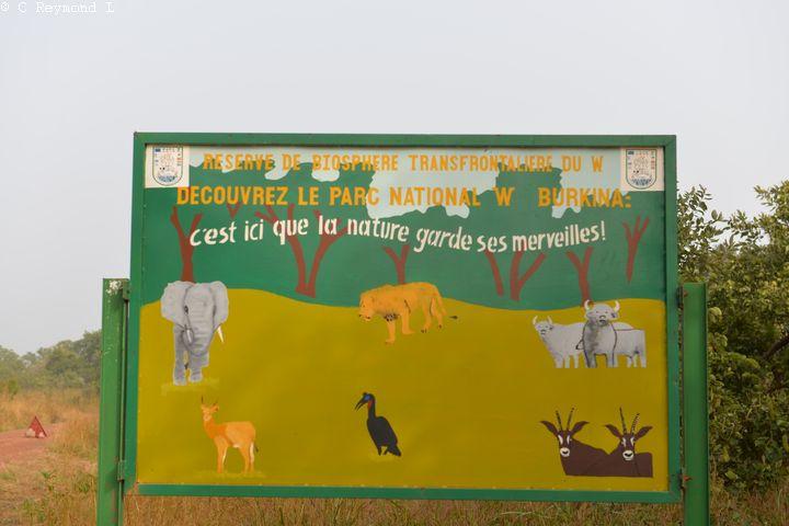 Panneau du parc national du W avec animaux dessinés : éléphants lyon buffles antilopes...
