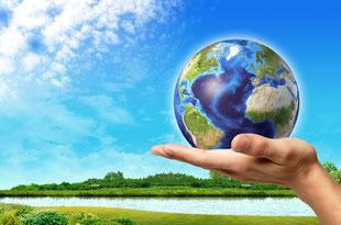 地球を掌に載せたエコのイメージ