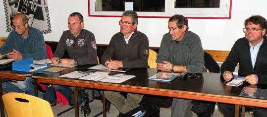 Cyclo-club. Daniel Kérouanton à la présidence. Une passation de présidence entre Robert Kerhaignon (au centre) et Daniel Kérouanton (à droite).