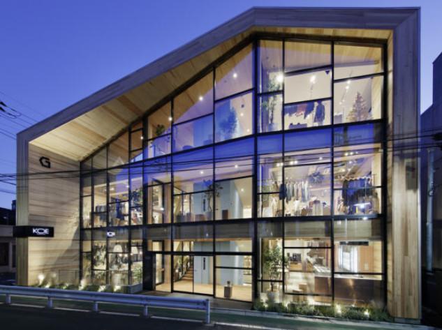 大断面集成材と接合金物で構成された3階建て商業施設