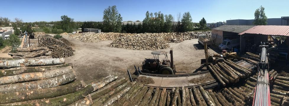 <h2>Parc bois de chauffage de 5000m2 </h2><p>Billes de bois de 2 à 10 m avant la recoupe</p>