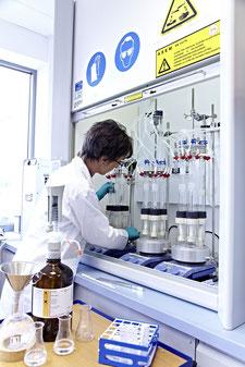 Labor in der Solarmodulfabrik zur Überprüfung der Materialqualität vor der Verarbeitung