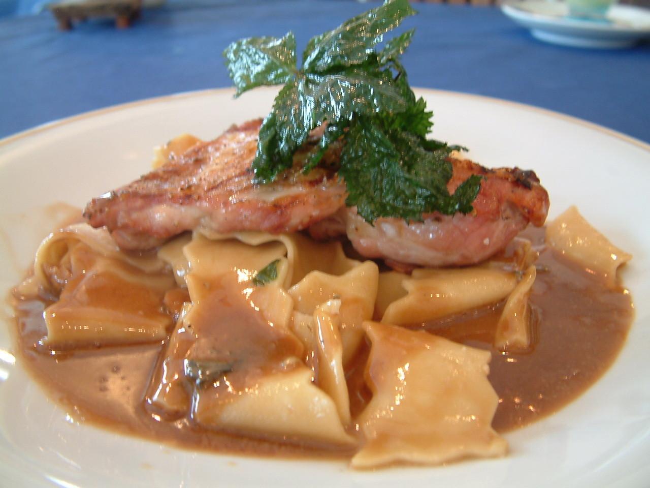 北海道伊達産鶏とパッパデッレの ゴルゴンゾーラと肉汁ソース和え¥1980