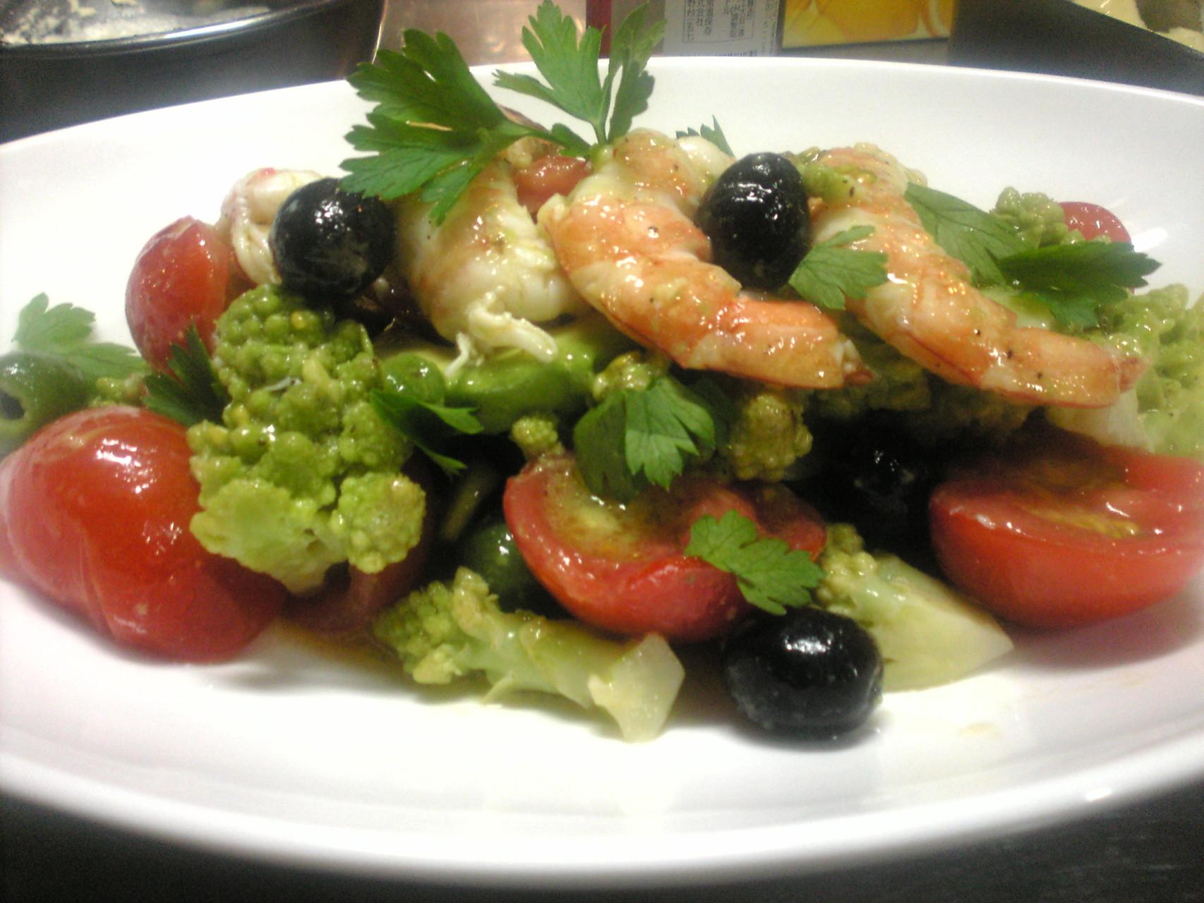 つぶしトマト・海老・黒オリーブ・ロマネスコのサラダ