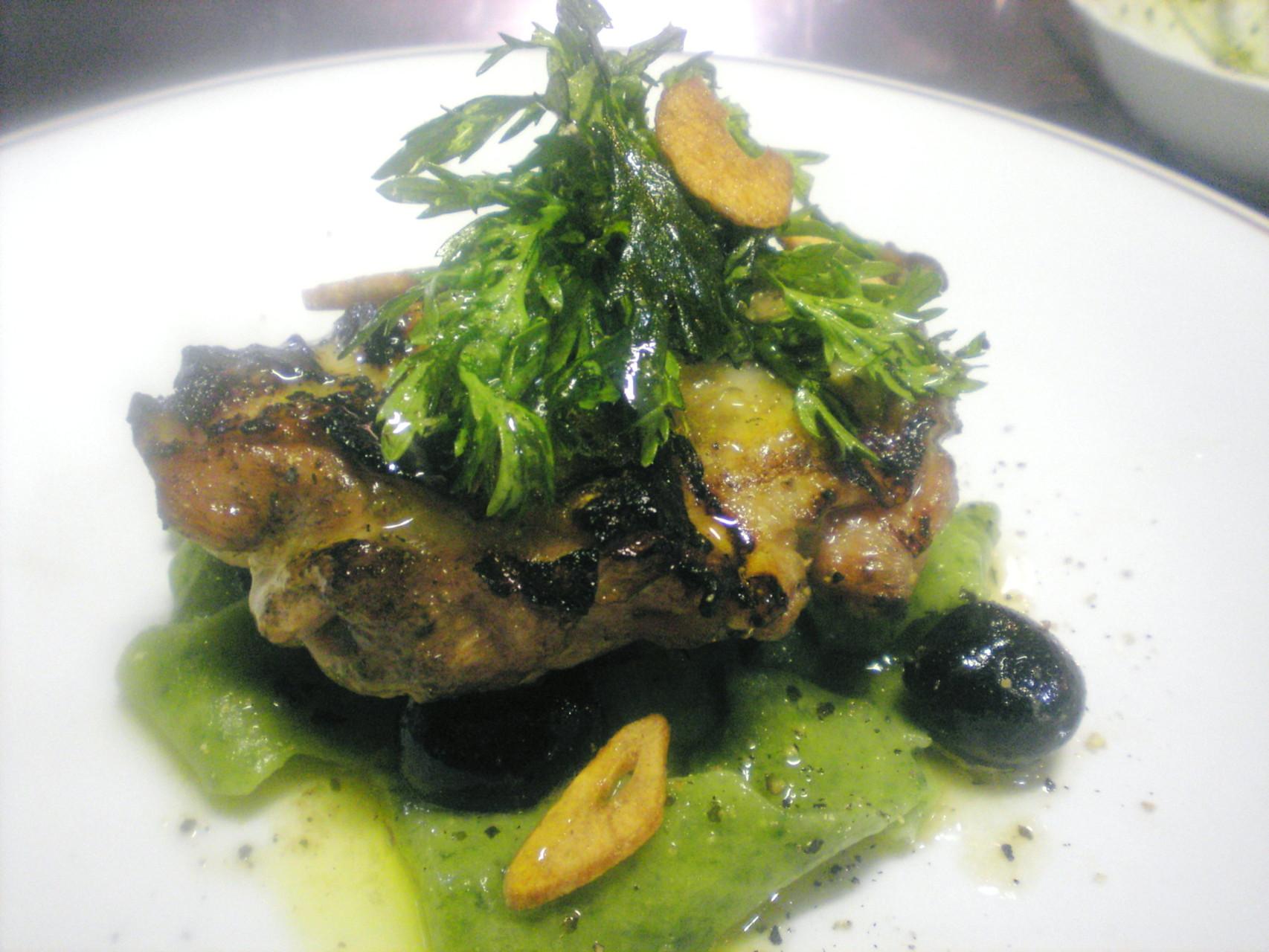 北海道伊達産鶏の黒オリーブソース香草風味