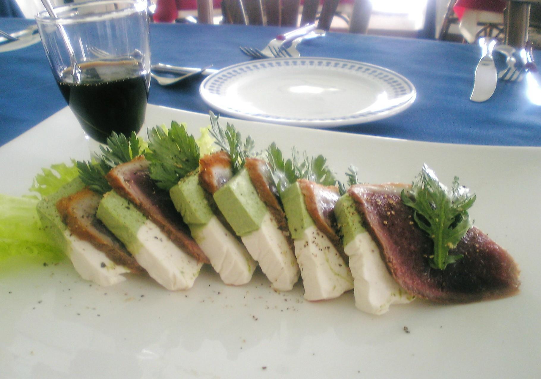 自家製チーズとかる~くスモークした 合鴨のカルパッチョ