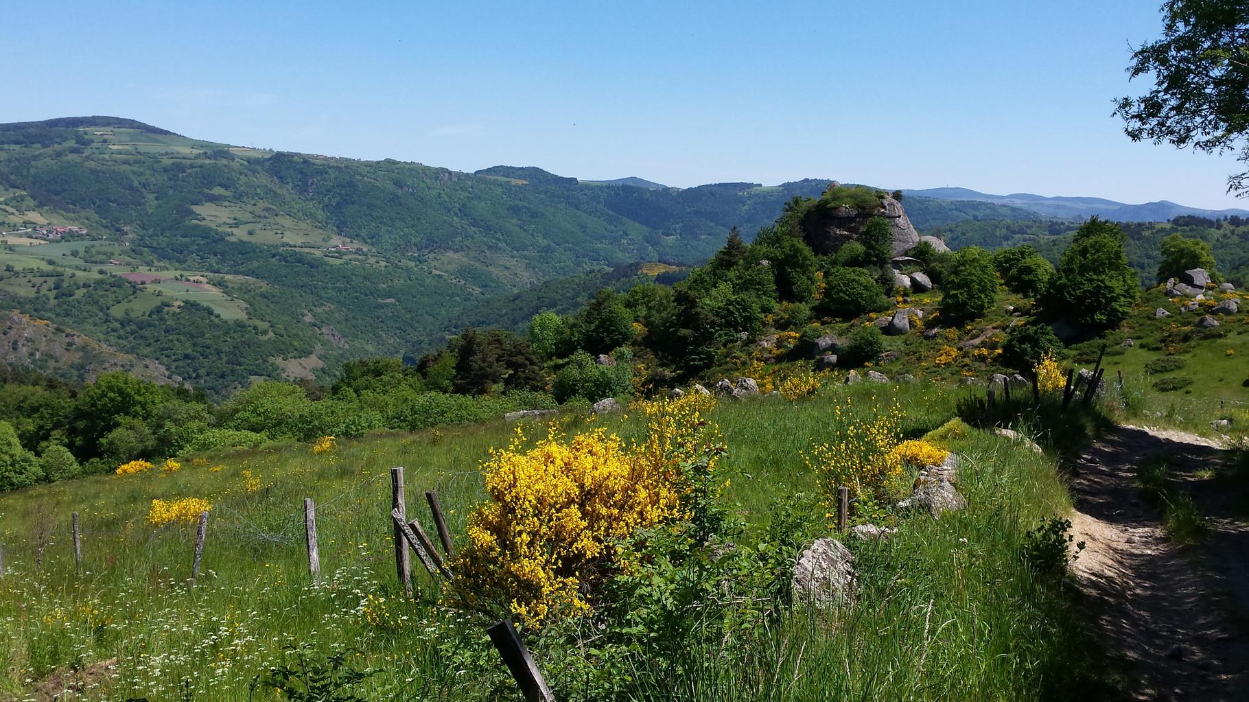 Le rocher de Bounou à Charraix, grand gîte Auvergne La Margeride Saugues