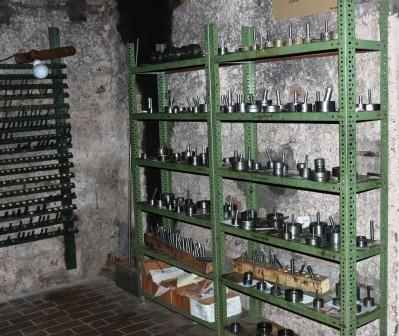 In den Regalen befinden sich diverse Ausätze für verschiedene Rohre