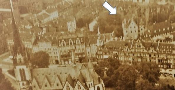 Luftbild: Blick über die Lutherkirche auf das Schillerviertel (Pfeil auf das Waisenhaus)