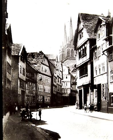 Blick in die Obere Schäfergasse (im Hintergrund die Martinskirche) links neben dem Pferdefuhrwerk ist das Tor zum Hinterhaus