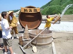 ミニ塩田で塩づくりの体験ができます(無料)