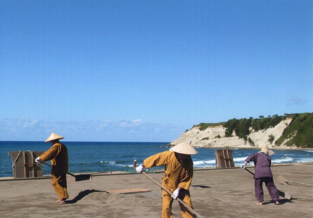 昔ながらの揚げ浜式製法の塩づくり