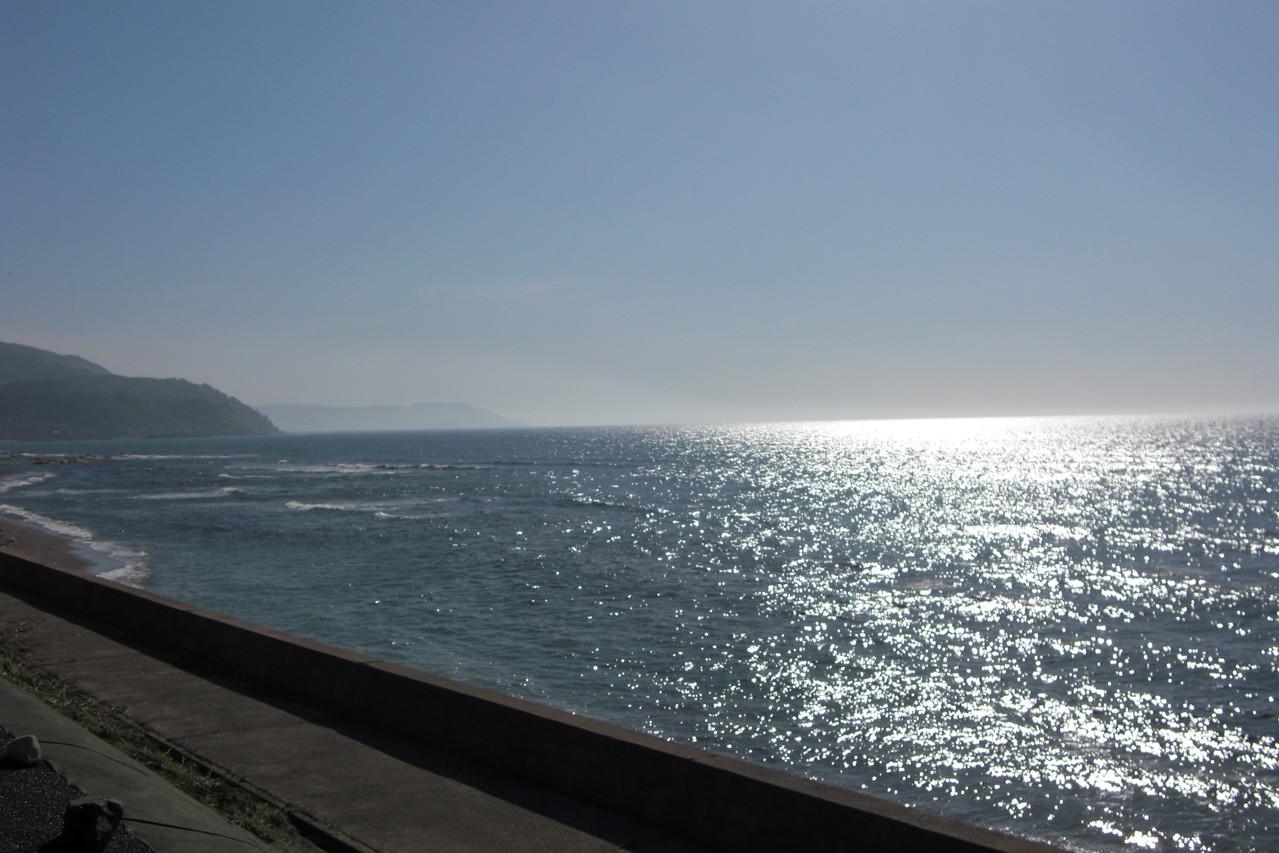 潮騒と海のきらめき